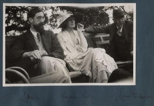 Ottoline Morrell - Lytton Strachey e Virginia Woolf, 1923; fotografia, 8,4 x 13,4. National Portrait Gallery Colection, London.