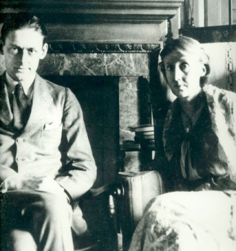 Ottoline Morrell - T.S. Eliott e Virginia Woolf - a writer and central figure in the influential Bloomsbury Group of intellectuals - 1924 stampa fotografica su carta, 20 x 15,5. London National Portrait Gallery.